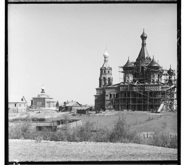 Volgoverkhovskīĭ zhensk. monast. Stroi︠u︡shchīĭsi︠a︡ khram Preobrazhenīi︠a︡ Gospodni︠a︡. Derevi︠a︡nnyĭ khram vo imi︠a︡ Sv. Nikolai︠a︡ Chudotvort︠s︡a v pami︠a︡tʹ 17 okti︠a︡bri︠a︡. Raīon Volgi