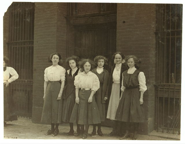 Young girls Inland Type Foundry 9 to 10 hours a day.  Location: St. Louis, Missouri.