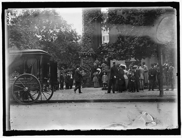 HARLAN, JOHN MARSHALL. ASSOCIATE JUSTICE, U.S. SUPREME COURT, 1877-1910. FUNERAL AT NEW YORK AVENUE PRESBYTERIAN CHURCH. MOURNERS ENTERING CHURCH