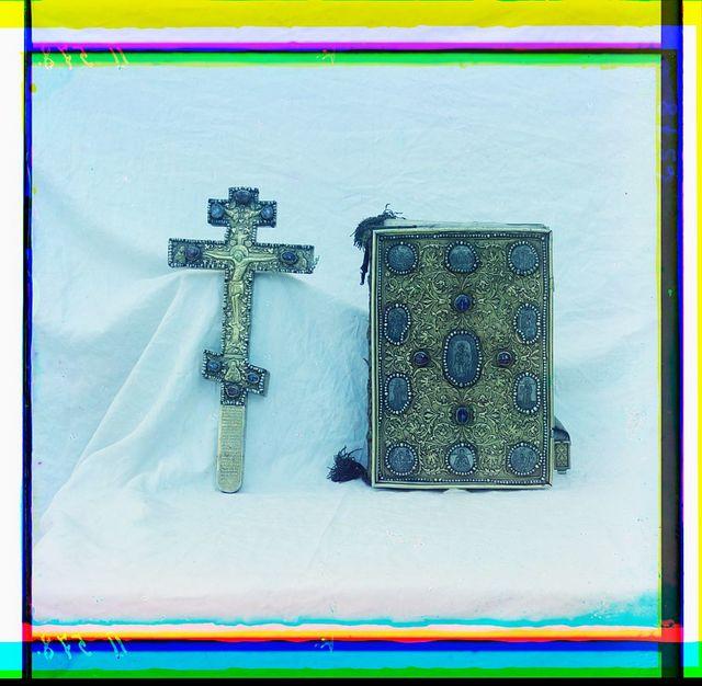 Krest i Evangelīe. Dar T︠S︡ari︠a︡ Mikhaila Ḟeodorovicha. V riznit︠s︡i︠e︡ Uspenskago sobora v Kremli︠e︡. Rostov Velikīĭ