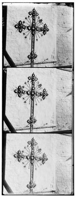 Krest metallicheskīĭ XVIII vi︠e︡ka, pomi︠e︡shchavshīĭsi︠a︡ na sredneĭ glavi︠e︡ sobornoĭ Troit︠s︡koĭ t︠s︡erkvi v Ipatʹevskom monastyri︠e︡. Muz. opisi No. 4765. V Rostovskom muzei︠e︡. Rostov Velikīĭ