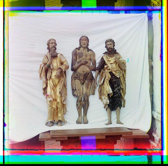 Posredini︠e︡ - plashchanit︠s︡a XVII v. - ri︠e︡znoe iz dereva izobrazhenīe vozlezhashchago vo Grobi︠e︡ Khrista Spasiteli︠a︡. Po storonam ri︠e︡znyi︠a︡ izobrazhenīi︠a︡ Sv. Ioanna Bogoslova i Sv. Ioanna Predtechi. Muz. op. No. 5683 i No. 190. V Rostovskom muzei︠e︡. Rostov Velikīĭ