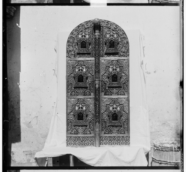 T︠S︡arskii︠a︡ vrata ri︠e︡znoĭ po derevu raboty XVII vi︠e︡ka. V Rostovskom muzei︠e︡. Rostov Velikīĭ