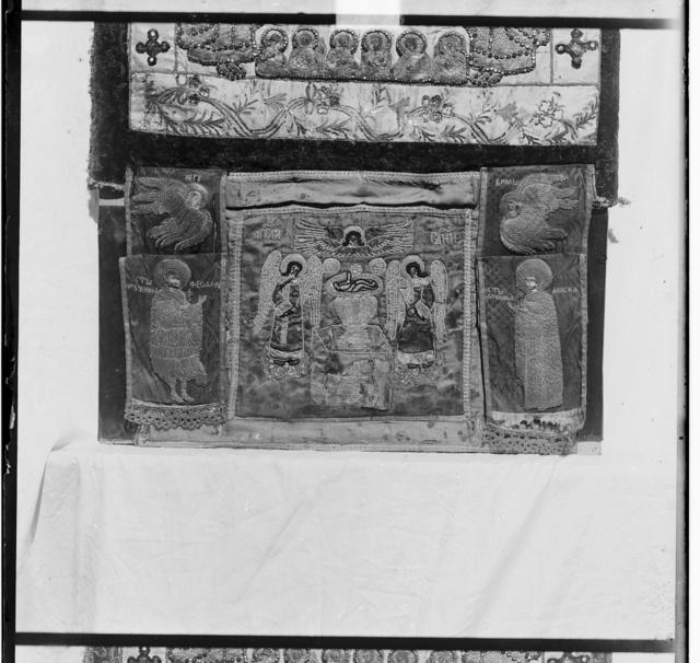 T︠S︡erkovnyĭ pokrov dli︠a︡ Sv. Darov, shityĭ po barkhatu zolotom XVII v. V Rostovskom muzei︠e︡. Rostov Velikīĭ