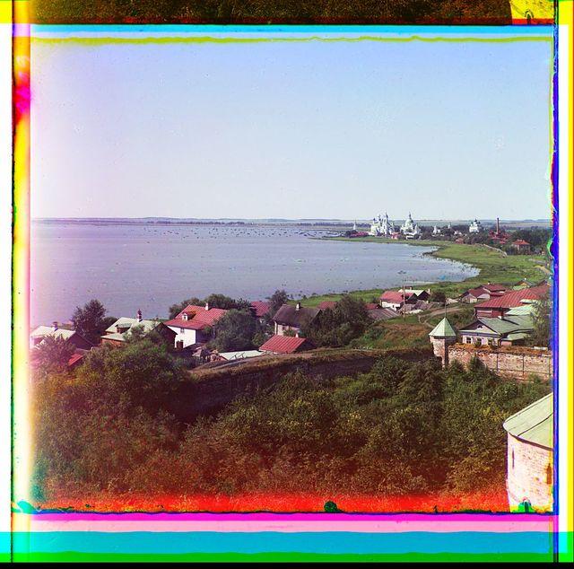 Vid na Spaso-I︠A︡kovlevskīĭ monastyrʹ s vyshki Rostovskago muzei︠a︡ v Kremli︠e︡. Rostov Velikīĭ (Okrstnosti)