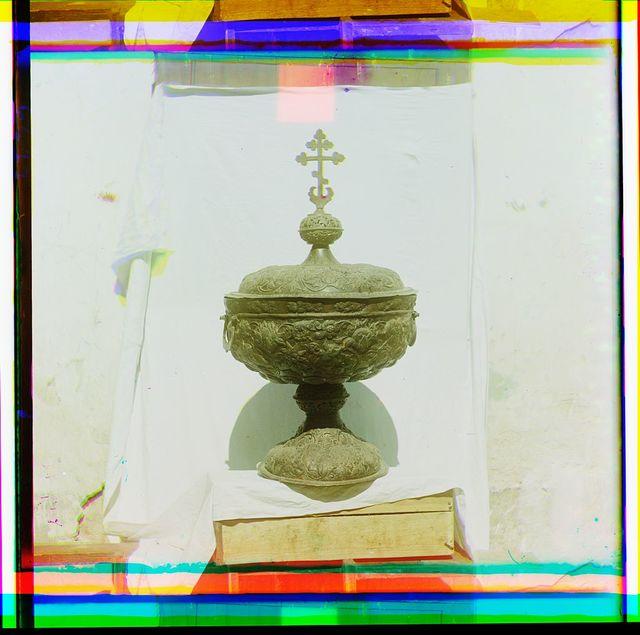 Vodosvi︠a︡tnai︠a︡ chasha khudozhestvennoĭ chekannoĭ raboty XVI vi︠e︡ka. Muz. opisi No. 2670. V Rostovskom muzei︠e︡. Rostov Velikīĭ