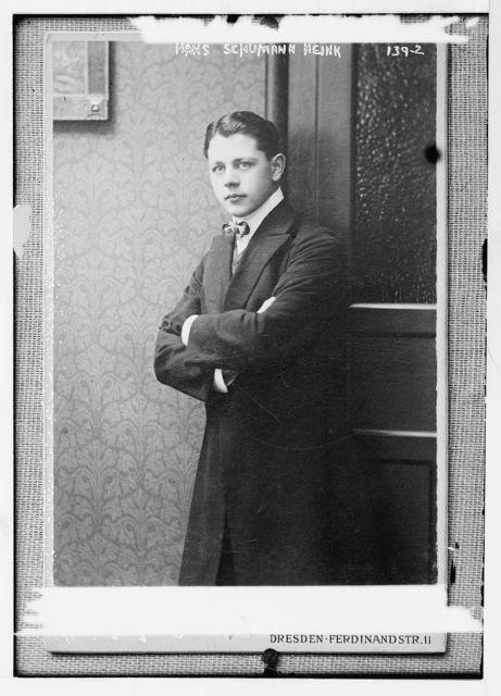 Hans Schumann - Heink, standing three-quarters, photo: Hahn Nachf., Dresden, Ferdinand Str. 11 / Hahn