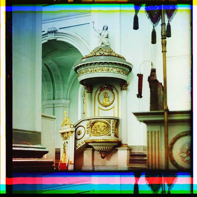Kaḟedra, ostavshai︠a︡si︠a︡ v Nikolaevskom sobori︠e︡ s togo vremeni, kogda on byl kostelom. Polot︠s︡k