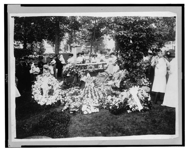 Wilbur Wright funeral - floral decorations at the grave