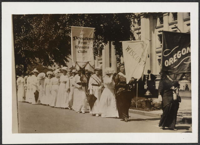 [Women, including those representing the states of Wisconsin and Oregon, and delegations from Womans' clubs, assemble  in first national suffrage parade, Washington, D.C.]