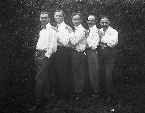 [Houdini (center) and his brothers Leopold, Hardeen, Bill and Nat, full-length portrait]