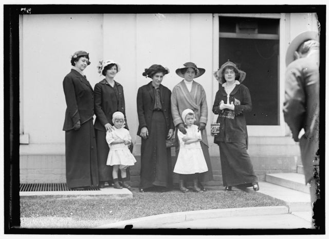 [LINDSEY, BEN B. JUDGE. MRS. LINDSEY; JUDGE LINDSEY; MRS. PEARL JOLLY; MRS. MARY PETRUCCI; MRS. M. H. THOMAS AND CHILDREN]