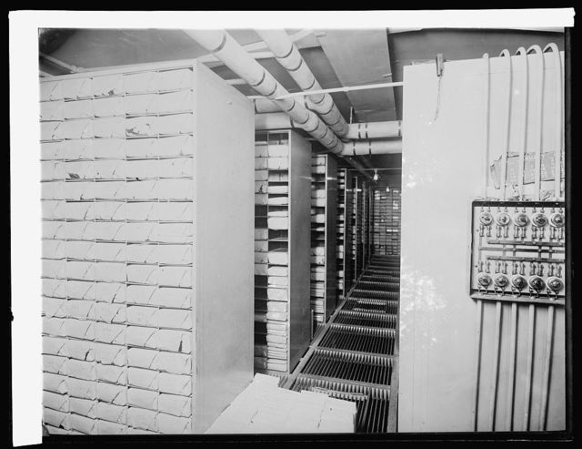 Treasury Dept. Ofc. Comptroller of Currency, Reserve vault #14 for storage of reserve notes. In vault when picture was made, $535,000,000, [1914]