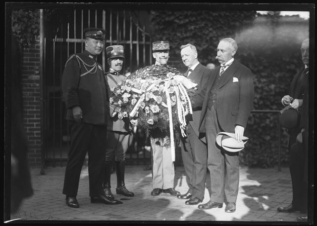 [Flowers at George Washington's tomb, Mount Vernon, Virginia; Josephus Daniels, 2nd from right]