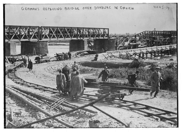 Germans repairing bridge over Dunajec in Galicia [i.e. Galitzia]