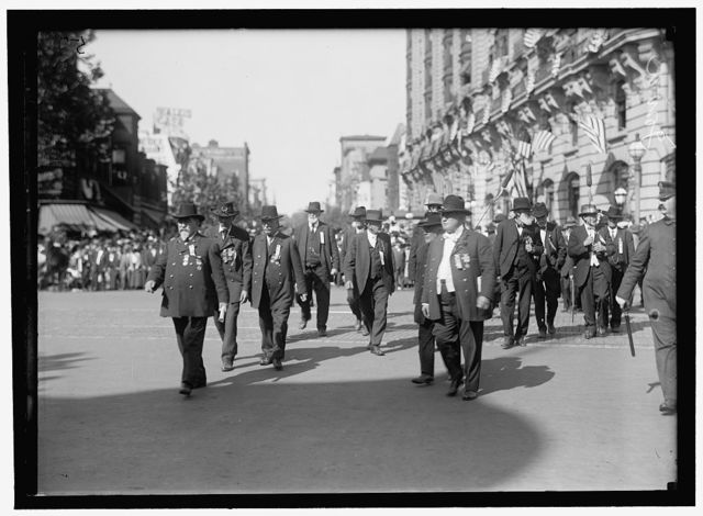 GRAND ARMY OF THE REPUBLIC. PARADE AT 1915 ENCAMPMENT. IOWA VETERANS: FRONT LEFT, MICHAEL McDONALD OF BAIRD, IOWA, PAST COMMANDER, IOWA; FRONT RIGHT, JUDGE J.W. WILLETT; LEFT REAR OF WILLETT IS BYRON WARD, COMMANDER PREVIOUS YEAR