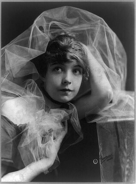 [Lillian Gish, head-and-shoulders portrait] / Hartsook Photo.