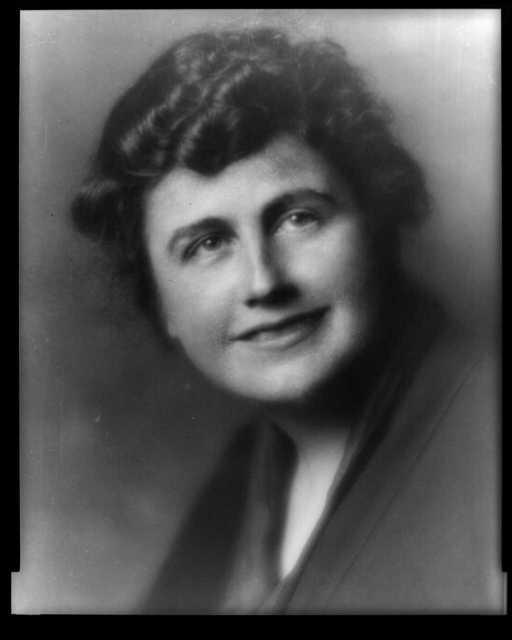 [Mrs. Woodrow Wilson (Edith Bolling Galt), bust portrait, facing front]