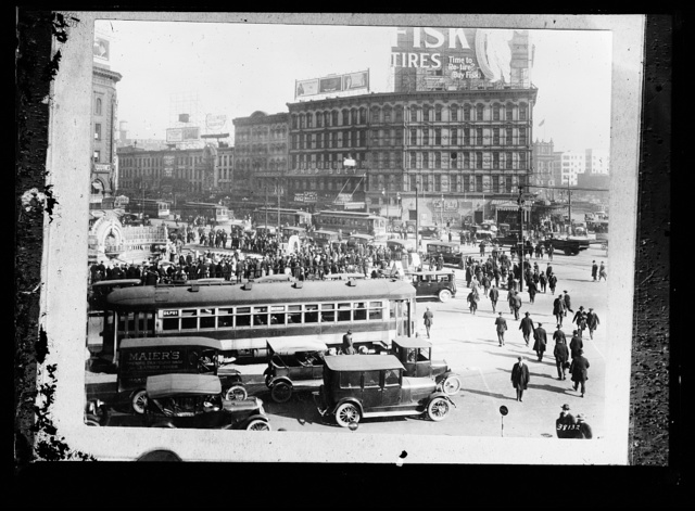 [Pedestrians and automobile traffic, Monroe Avenue and Cadillac Square, Detroit, Mich.]
