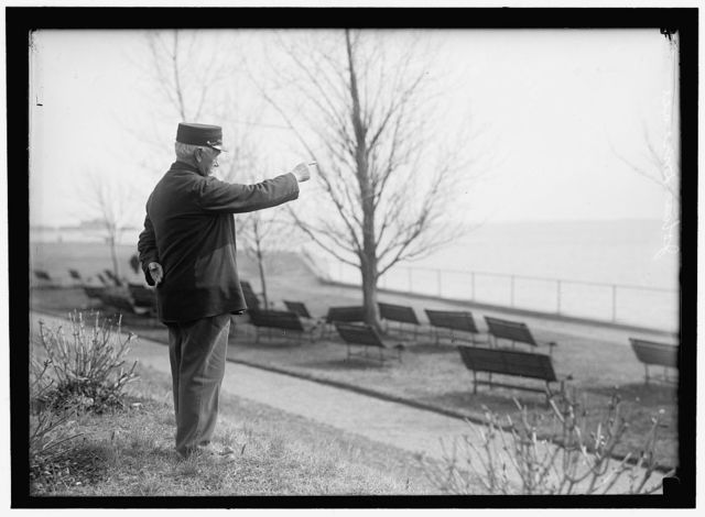 DRISCOLL, JOHN. VETERAN OF FIGHT BETWEEN MERRIMAC AND MONITOR. POINTING TO SPOT IN HAMPTON ROADS WHERE BATTLE OCCURRED