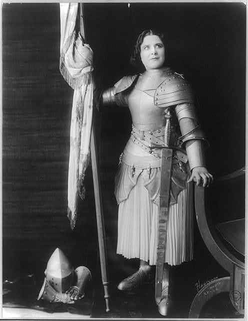 [Geraldine Farrar, dressed in costume as Joan of Arc, holding a flag] / Hartsook photo, S.F. - L.A.