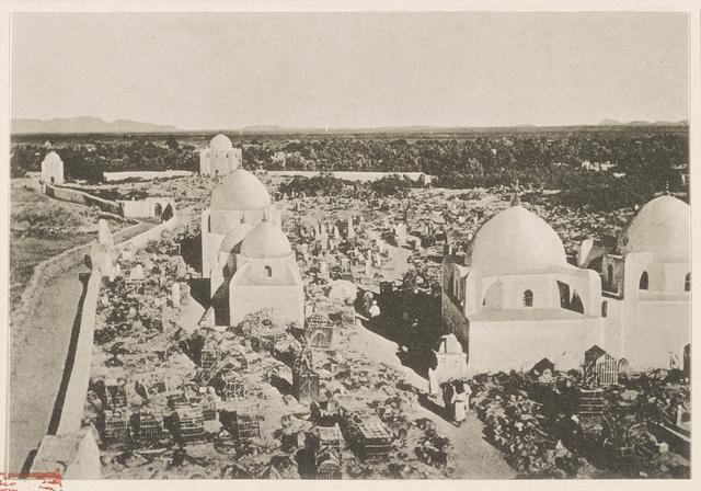 Medina el Baḳîʾ (heiliger Friedhof). Rechts: Ḳubbet el ʻabbāsîje.