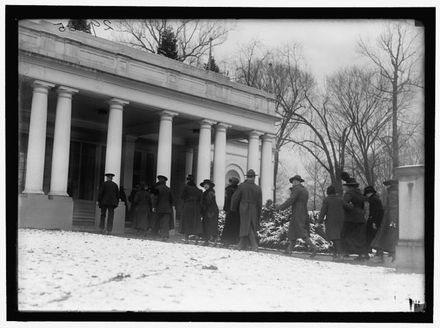 [Soldiers & sailors at east entrance to White House, Washington, D.C.]
