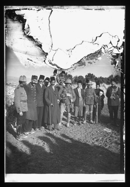 [The surrender of Jerusalem to the British, December 9, 1917. The Mayor of Jerusalem, with white flag, offers surender to two British tommies (sergeants)]