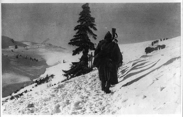 The remnants of an army, Serbia, 1915 Les ombres de l'armée, Serbe, 1915.