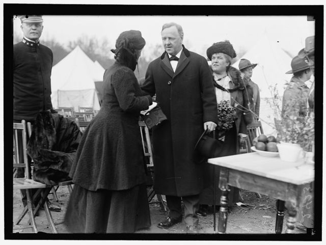 WOMAN'S NATIONAL SERVICE SCHOOL UNDER WOMAN'S SECTION, NAVY LEAGUE. SEC. DANIELS AND MRS. GEORGE DEWEY AT OPENING OF 1918 SESSION. MRS. DANIELS AT RIGHT