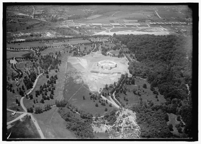 ARLINGTON NATIONAL CEMETERY. VIEWS OF ARLINGTON FROM THE AIR, CENTERING THE MEMORIAL AMPHITHEATRE