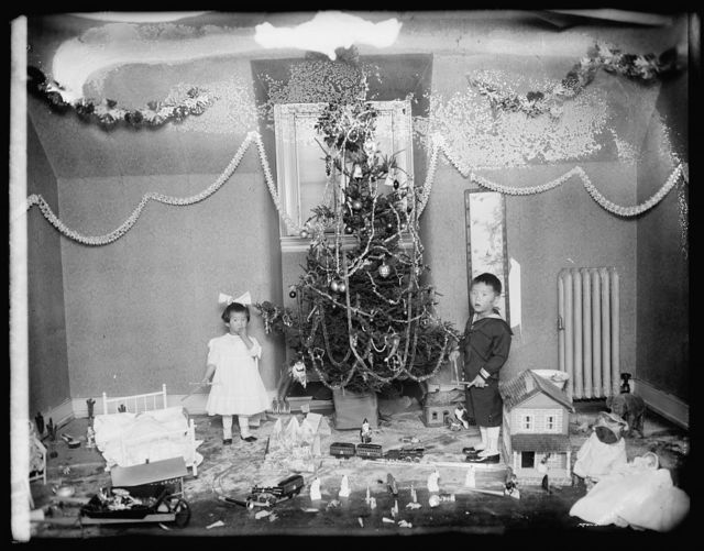 Koo children, Christmas tree, [1919]