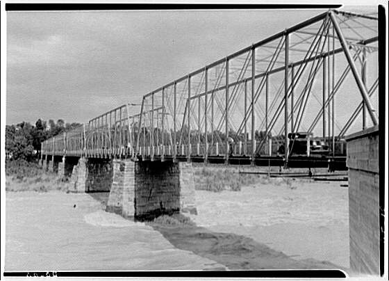 Bridges. Chain Bridge during flood