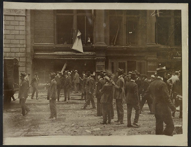 [Crowd gathered after the Wall Street explosion in front of the offices of J.P. Morgan] / Underwood & Underwood.