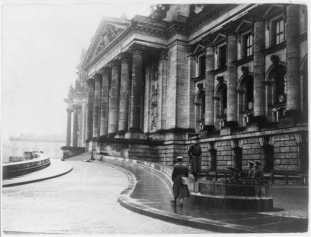 Der durch die Sicherheitspolizei besetzte Aufgang zu der Freitruppe des Reichstagsgebäude, wo am 13 Januar die Menge anstürmte ...