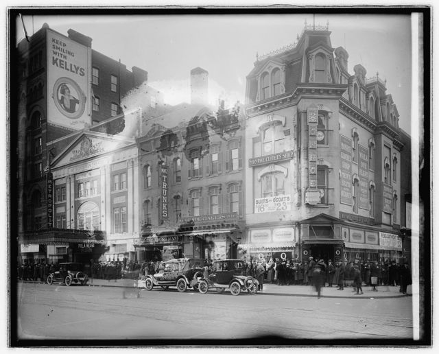 "Metropolitan Theater crowds ""Passion"", [Washington, D.C.]"