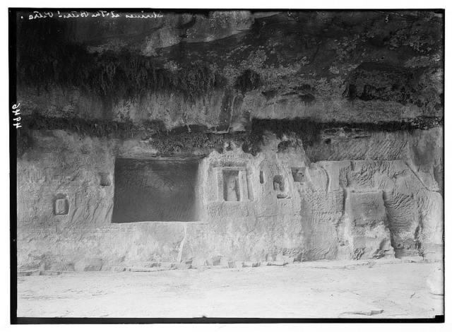 Petra (Wadi Musa). Wadi ed-D r. Qattar ed-Der. Cult niches. Some niches containing Dushara pillars.