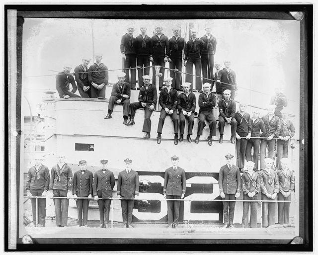 Crew of submarine S-2