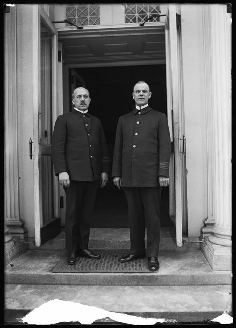 [Men at White House, Washington, D.C.]