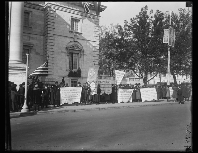 [Picketers with signs: Soldiers who fought in the World War demand the release of political prisoners ..., etc.]