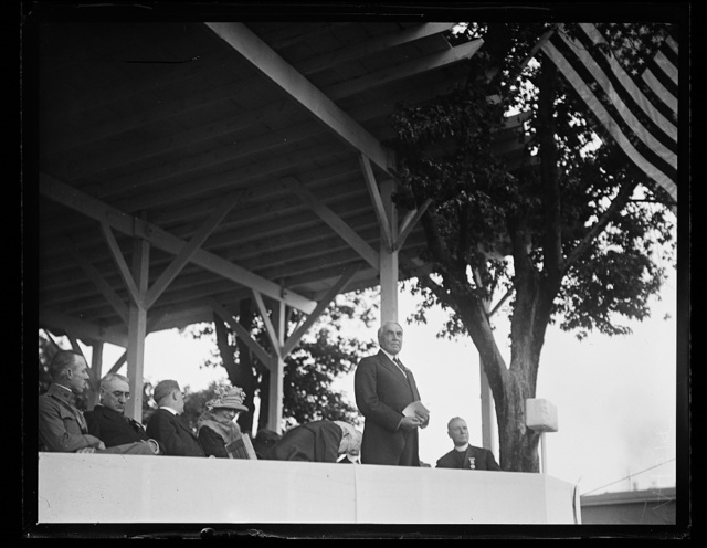 [President Harding giving a speech at the unveiling of the statue of Orpheus at Fort McHenry, Baltimore, Maryland, in honor of Francis Scott Key]