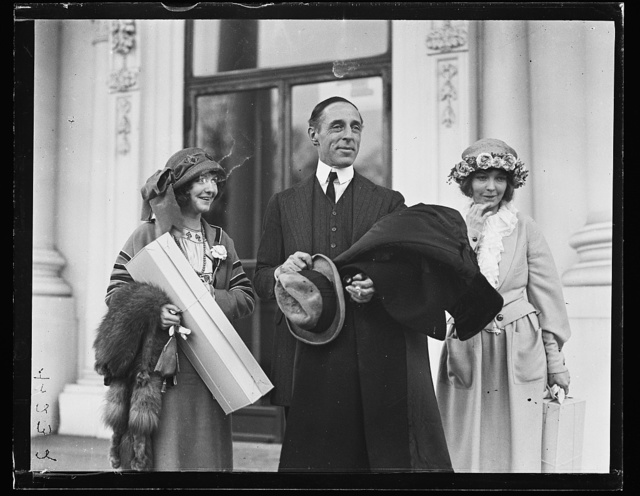 [White House visitors: Dorothy Gish, D.W. Griffith, and Lillian Gish. Washington, D.C.]