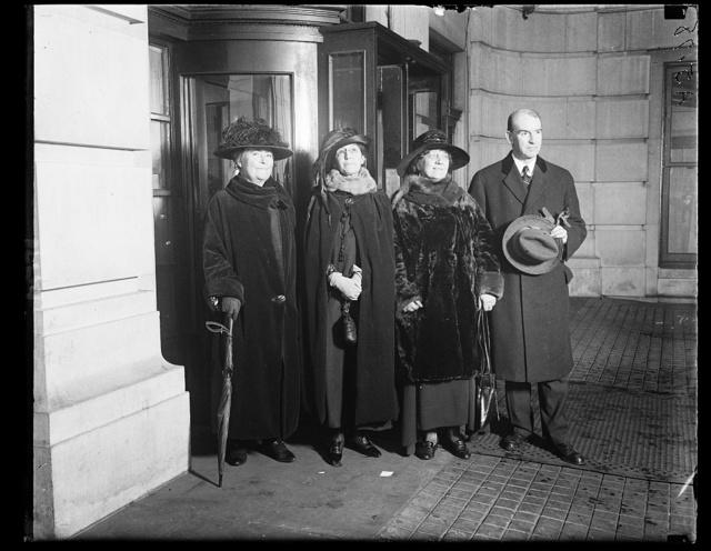 Members of Woodrow Wilson Foundation calling on former Pres. at his S st. home. Lft. to rt.: Mrs. J.M. Forbes, Boston; Mrs. Chas. E. Simonson, Mrs. Caroline Rautz-Rees and Hamilton Holt, of N.Y., Chairman