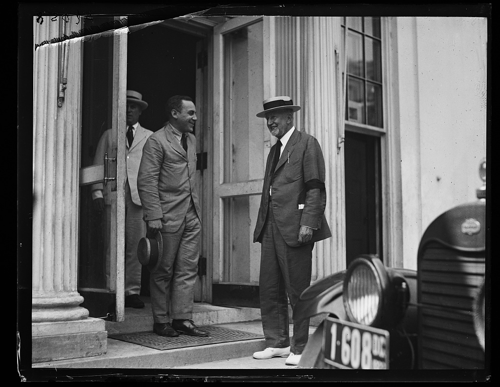 [Men at White House, Washington, D.C.]