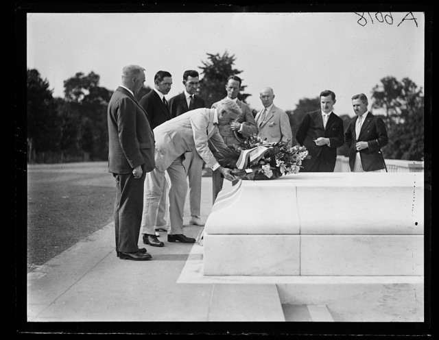 Pres. of the [...]oto. Assoc. of America placing wreath on unknown soldier tomb