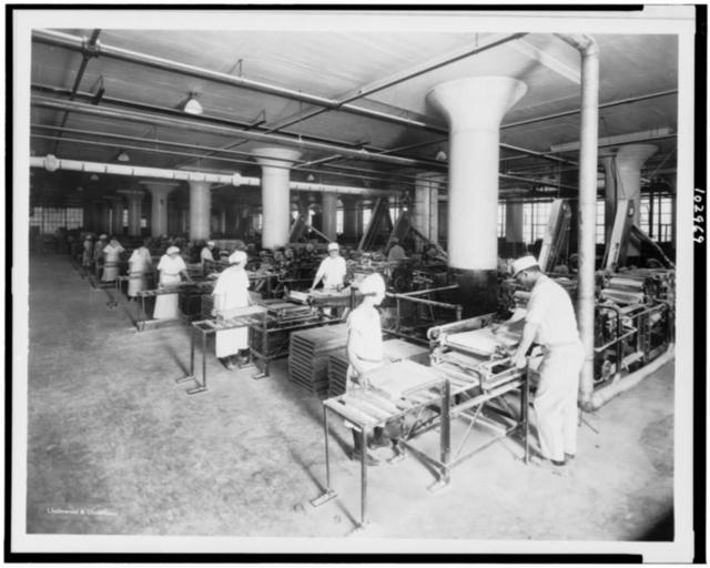 Shaping gum at the American Chicle Company plant / Underwood & Underwood.