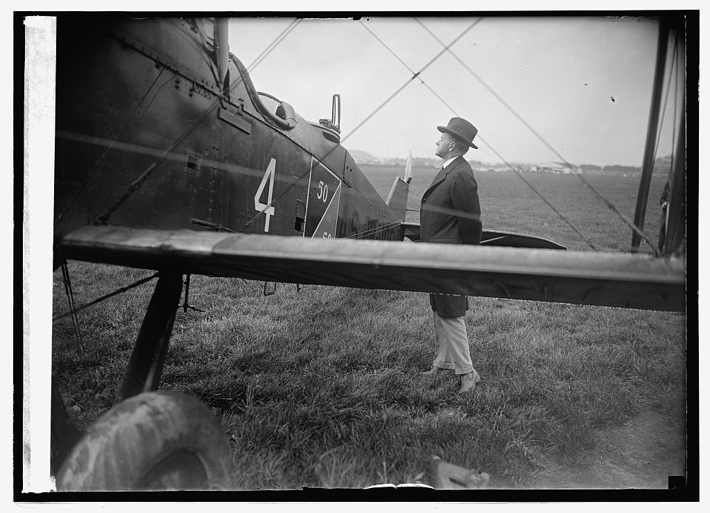 Coolidge inspecting one of world flight planes at Bowling [i.e., Bolling] Field, [Washington, D.C., 9/9/24]