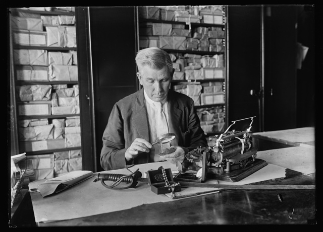 John W. Robbins of the Comptrollers General's Office holds the secrets of 1,000,000 Americans [...] These secrets are in the form of packages containing the belongings of soldiers and Robbins task is to find surviving relatives and restore the packages to them