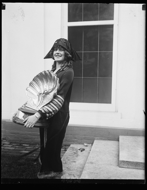 Miss Lillian May Erbe, voted the most beautiful bathing girl at the Atlantic City Pageant in Sept., called on pres. at White House. She is campaigning for Pres. Coolidge in the Eastern states