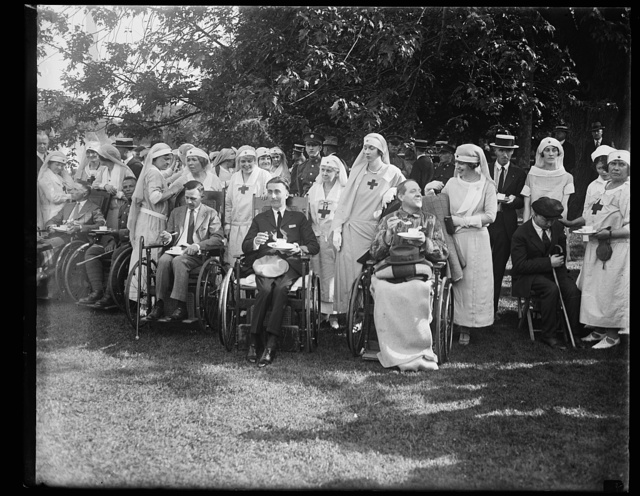 [Mrs. Sylvanus Stokes, Jr., and Mrs. Elridge Jordan, with some of the wounded soldiers whom they assisted at the garden party given in honor of the veterans at the W.H. [i.e., White House] June 5th]
